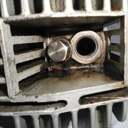Naprawa i zaślepienie zepsutego gwintu dekompresatora - rower z silnikiem spalinowym Sachs 301A